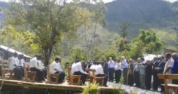 Para Misionaris Pdt. Jim Larkin dan Pdt. Dave Scovill dan Para Pendeta - pendeta mendoakan Siswa Siswi Alkitab yang baru saja diluluskan
