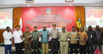 Pangdam XVII Cenderawasih bersama Kapolda Papua dan Forkompimda Puncak Jaya didampingi Tiga Pasangan Calon bergandengan tangan sukseskan PSU