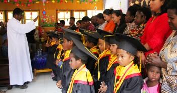 Pastor Paroki Samuel Ohoi Ledjaan, PR saat mendoakan Murid - Murid TK Anggrek Mulia beserta Orangtua saat Kelulusan Siswa siswi TK Anggrek
