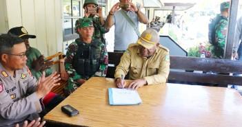 Bupati Puncak Jaya menandatangani Surat Kesepakatan di Hadapan Kapolres dan Dandim Puncak Jaya bersama para saksi dan pihak yang bertikai