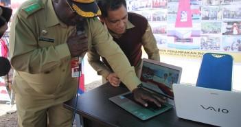 Kepala Distrik Mulia Yeki Telenggen, S.STP pada saat menekan tombol enter launching Aplikasi SIMON PAPEDA