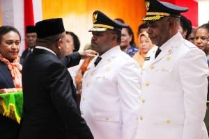 Pemasangan Atribut Bupati dan Wakil Bupati Puncak Jaya oleh Gubernur Papua