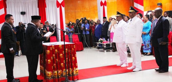 Gubernur Papua Lukas Enembe, S.IP, MH saat melantik Bupati dan Wakil Bupati Periode 2017-2022