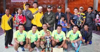 Plt. Sekda Puncak Jaya Tumiran, S.Sos, M.AP dan Ketua PBSI Mulyadi, S.Sos, M.AP bersama para peserta lomba
