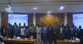 foto bersama Bupati Puncak Jaya bersama Muspida pada saat Rapat RAPERDA