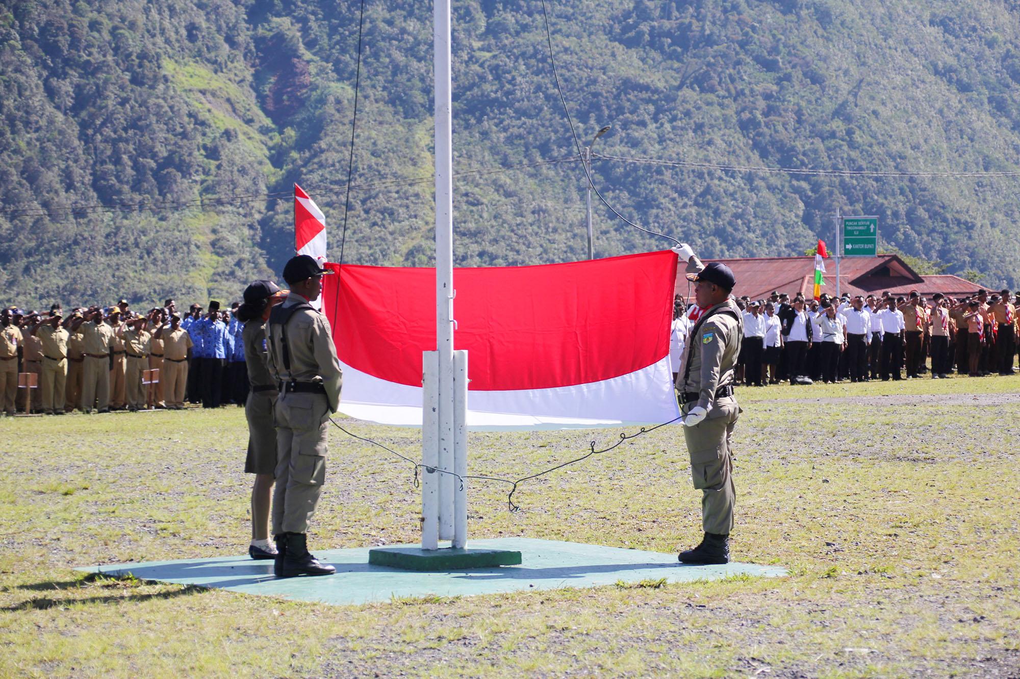 Penaikan bendera merah putih saat Upacara Bendera dalam rangka Hut Satpol PP ke - 68 di Kabupaten Puncak Jaya