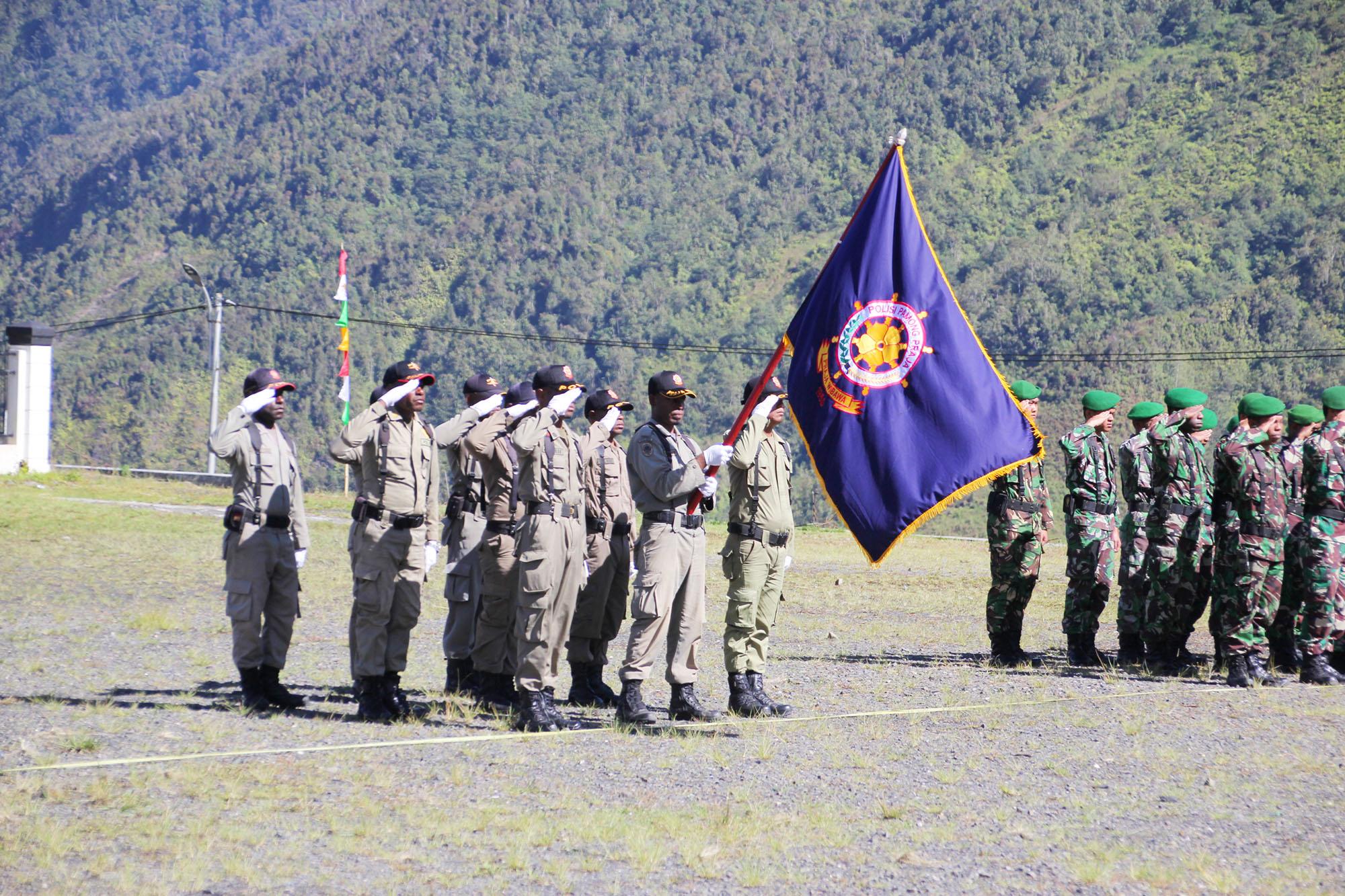 Pasukan Tanda Kehormatan (Pataka) Satpol PP saat Upacara Bendera dalam rangka HUT Satpol PP ke - 68 di Kabupaten Puncak Jaya