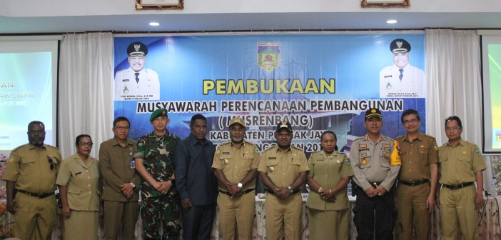 Foto Bersama MUSPIDA, Plt Sekda, Ketua Tp-PKK dan Kepala Bappeda Serta Sekretaris Bappeda Puncak Jaya
