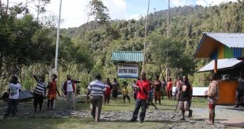Masyarakat Distrik Irimulia tengah bersiap, di hal. kantor Distrik