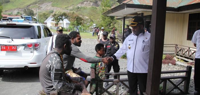 Bupati Puncak Jaya saat menyalami keluarga pasien di Hal. Kantor RSUD Mulia