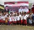Menteri Kominfo Rudiantara bersama siswa-siswi SD, SMP dan SMA pada Kunjungan ke Kabupaten Puncak Jaya