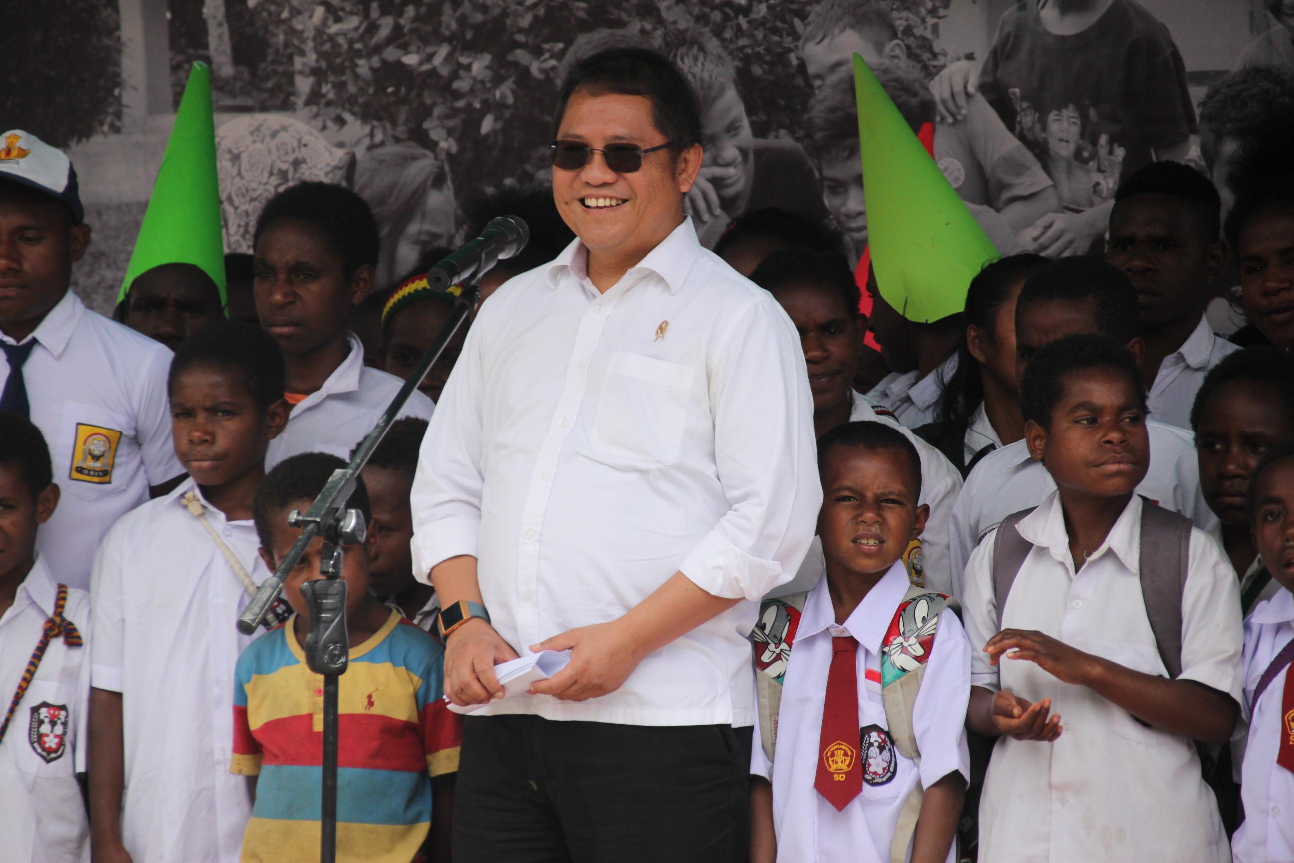 Menteri Kominfo Rudiantara saat memberikan sambutannya bersama siswa-siswi SD, SMP dan SMA pada Kunjungan ke Kabupaten Puncak Jaya