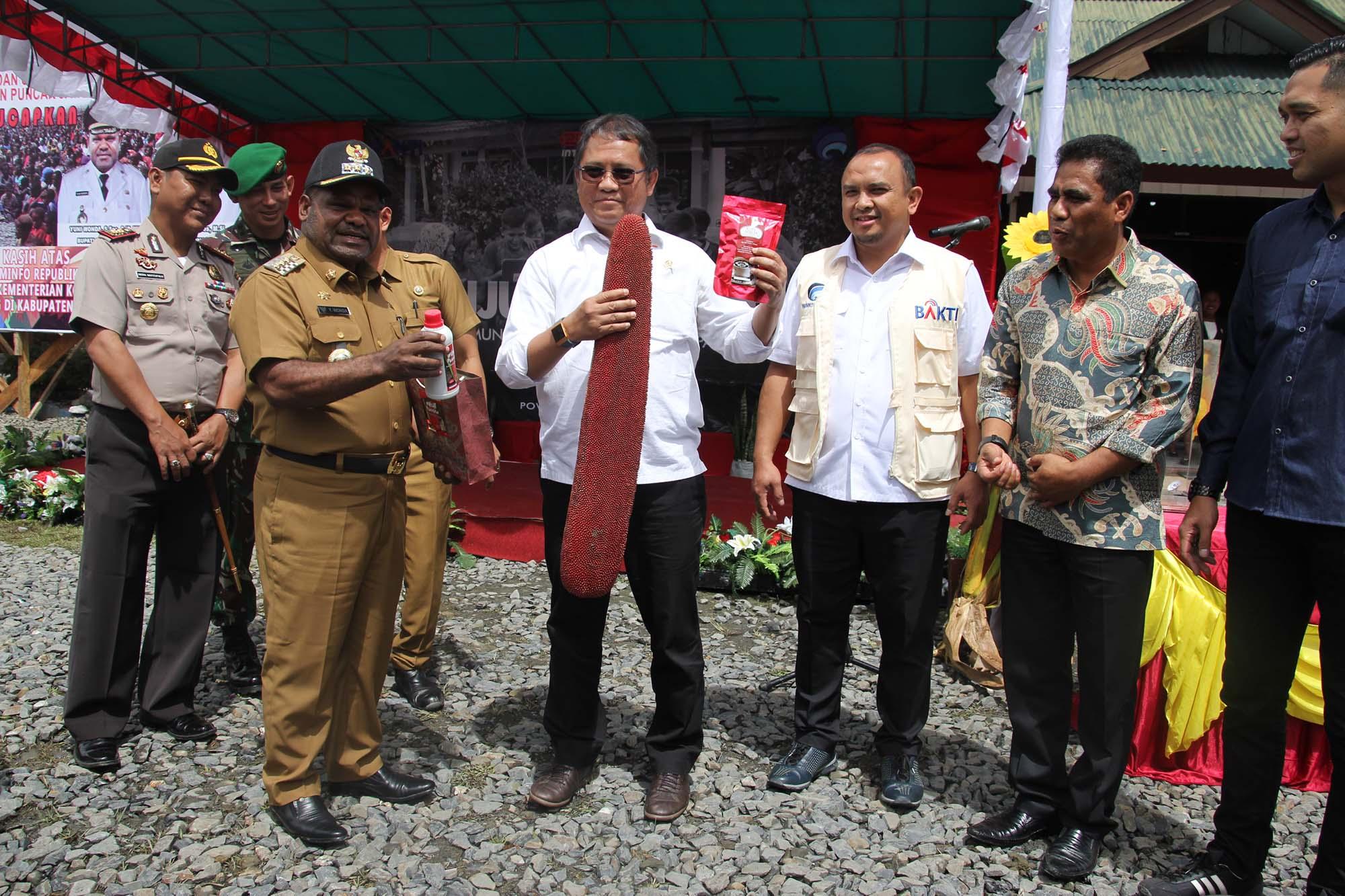Penyerahan Cenderamata Berupa Kopi Mulia dan Minyak Buah Berah Oleh Bupati Puncak Jaya kepada Menteri Kominfo Bapak Rudiantara
