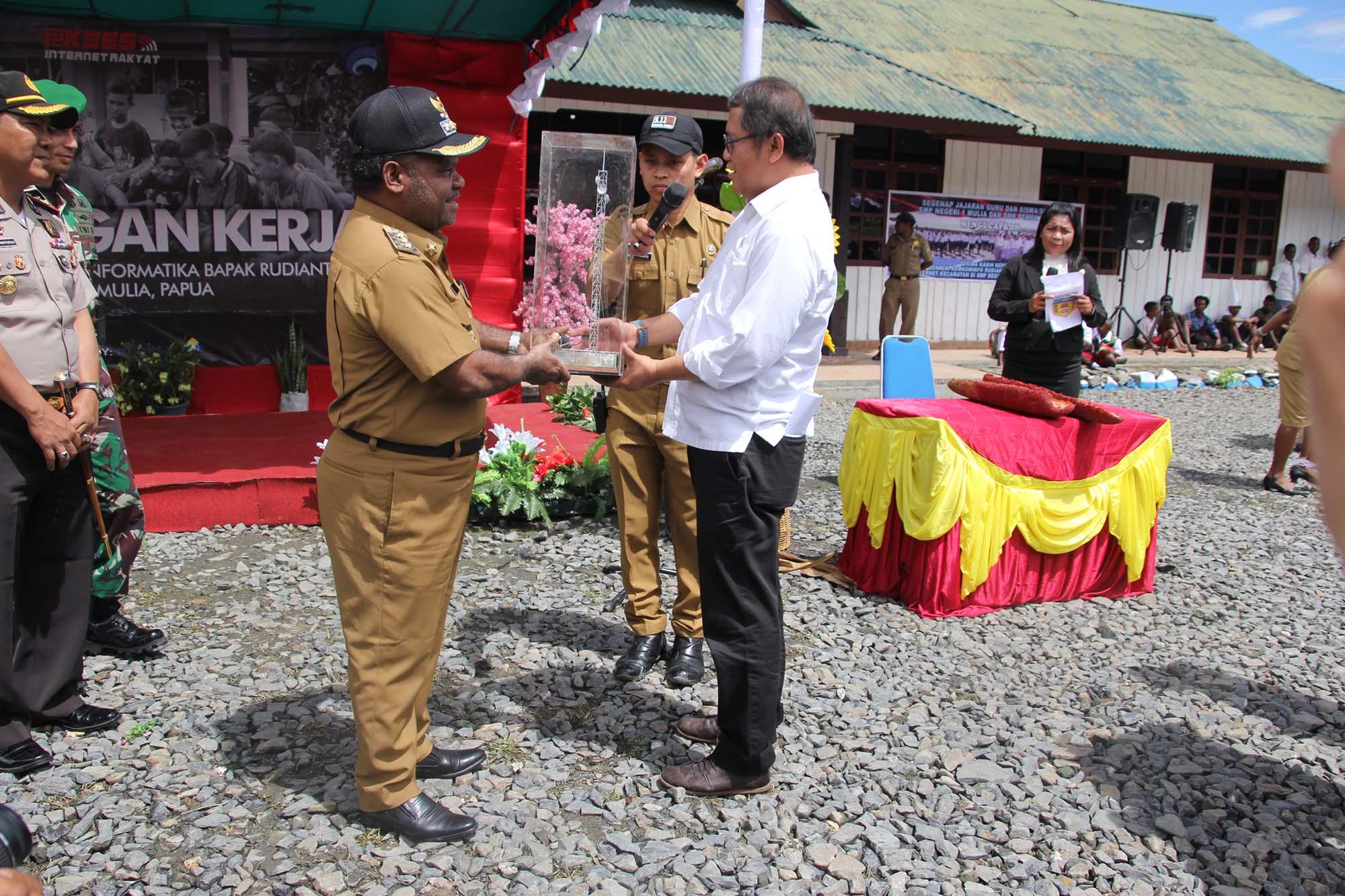 Penyerahan Miniatur BTS oleh Menteri Kominfo Bapak Rudiantara Kepada Bupati Puncak Jaya Yuni Wonda, S.Sos, S.IP, MM