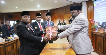 Penyerahan RAPBD Perubahan oleh Wakil Ketua II DPRD Kepada Bupati Puncak Jaya didampingi Wakil Bupati Puncak Jaya dan Plt. Sekda Puncak Jaya