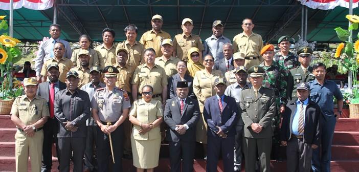 Foto bersama Bupati Puncak Jaya bersama muspida dan pejabat eselon II Kabupaten Puncak Jaya