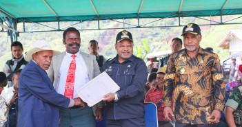 Bupati PJ didampingi Wakil Bupati PJ serta Wakil Ketua Klasis GIDI Wilayah Yamo saat memberikan Plakat nama Calon Klasis Yamo secara Simbolis