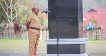 Bupati Puncak Jaya saat memberikan Arahan kepada ASN