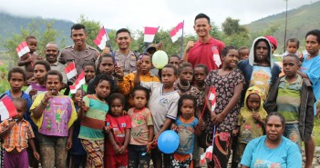 Petugas Binmas Noken Polres Puncak Jaya bersama Anak-Anak Puncak Jaya