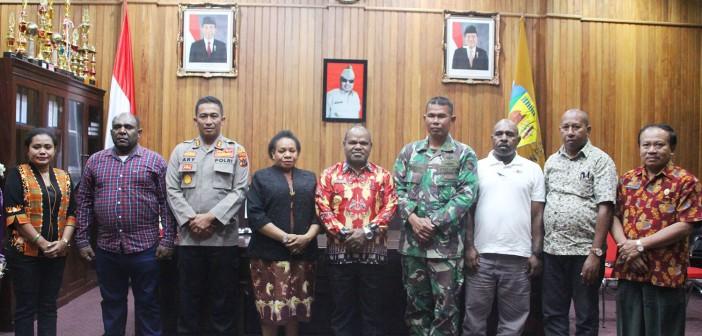 Bupati Puncak Jaya Yuni Wonda, S.Sos, S.IP, MM bersama Muspida Puncak Jaya saat Rapat Penyerahan NPHD