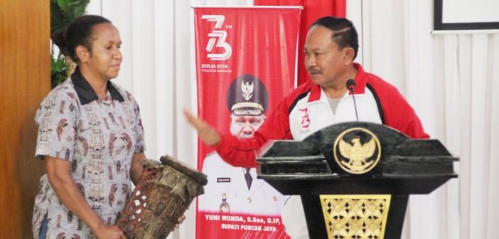Foto Asisten III Kabag Adminstrasi Umum Hendrik Bilanlabi M.KP saat Membuka secara Resmi sosialisasi Pengawasan Bawaslu Puncak Jaya (12/4).