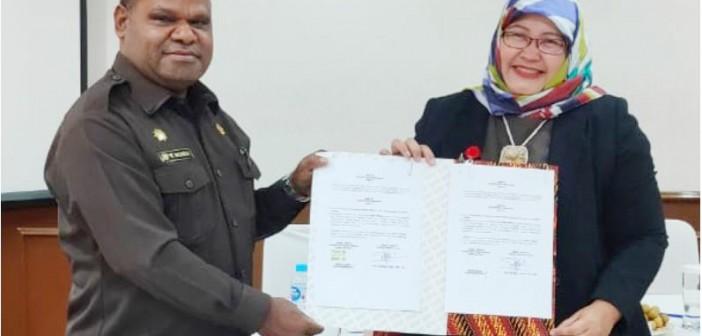 Bupati Puncak Jaya bersama Direksi LKBN Antara seusai penandatanganan MOU