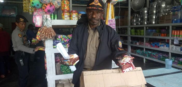 DINAS KOPERINDAG – salah satu peserta sidak memegang barang kadaluwarsa (expired) yang berhasil di amankan dari peredarannya, (23/10).