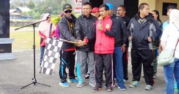 Plh. Sekda didampingi Kapolres Puncak Jaya serta Danyon 721 saat membuka Jalan Santai dalam Rangka HKN ke - 55 di Puncak Jaya