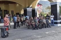 Bupati Puncak Jaya didampingi Muspida saat bertatap Muka Dengan Puluhan Massa