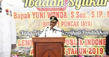 Bupati Puncak Jaya saat memberikan sambutan saat Acara Ibadah Syukur Lulus Pendidikan Lemhanas