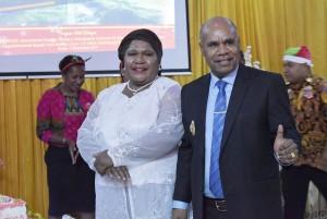 Wakil Bupati Puncak Jaya bersama Wakil Ketua TP-PKK Kabupaten Puncak Jaya