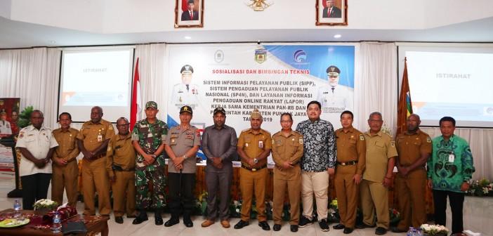 Wakil Bupati Puncak Jaya bersama Forkopimda, Narasumber serta Pejabat Eselon II seusai Pembukaan Bimtek