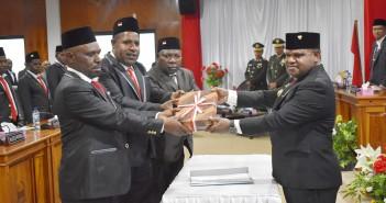 Penyerahan RAPBD oleh Bupati Puncak Jaya kepada Pimpinan DPRD