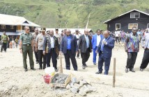 Presiden GIDI, Ketua MRP bersama Bupati Puncak Jaya serta Muspida saat melakukan peletakan batu pertama