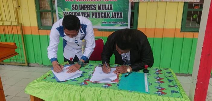 Penandatanganan Perjanjian Kerjasama oleh Kepala Puskesmas Mulia dan Kepala Sekolah SD Inpres Mulia