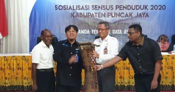 Pembukaan Sosialisasi Sensus Penduduk 2020 oleh Plt. Sekda, Kepala BPS, Kadin Dukcapil ditandai dengan pemukulan tifa