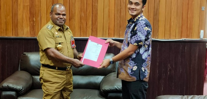 Penyerahan Surat Tugas Kepala BPK RI Perwakilan Jayapura kepada Bupati Puncak Jaya