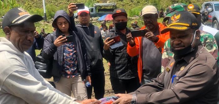 Bupati Puncak Jaya saat menyerahkan Bama kepada Perwakilan secara simbolis