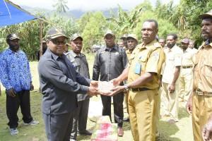 Bupati Puncak Jaya Yuni Wonda, S.Sos., S.IP, MMmenyerahkan bantuan logistik dan dana kepada masyarakat distrik Dagai di Dagai, (kamis 28/05).
