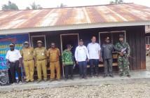 penyaluran Dana Bantuan Langsung Tunai (BLT) Zona III, yang mencakup Distrik Fawi, Dagai dan Torere oleh staf Ahli Bupati Barnabas H. Yoteni, S.Sos, M.KP Rabu, (01/07).