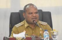 Bupati Puncak Jaya Yuni Wonda, S.Sos, S.IP, MM saat memimpin Rapat