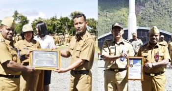 Bupati Yuni Wonda menerima penyerahan piagam penghargaan dari BPJS Kesehatan Cabang Jayapura kepada BPKAD Kab. Puncak Jaya sebagai penyetor iuran Wajib JKN - KIS PNS Daerah terbaik Tahun 2019, Senin (03/02).