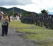 Kapolres Puncak Jaya AKBP. Drs. Mikael Suradal, MM saat menginspeksi pasukan