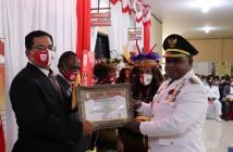 Penyerahan Penghargaan Lomba Kebersihan oleh Bupati Puncak Jaya