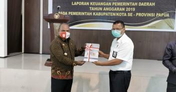 Bupati Puncak Jaya Yuni Wonda, S.Sos, S.IP, MM menerima Penghargaan WTP dari Kepala BPK Perwakilan Papua