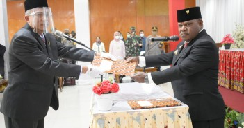 Bupati Puncak Jaya saat Melantik Tumiran, S.Sos, M.AP menjadi Sekda Definitif
