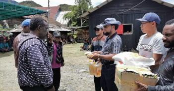 Plh. Sekda Yahya Wonorenggo, S.IP saat menyerahkan bantuan duka