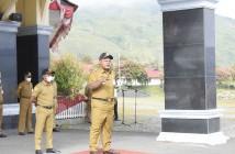 Bupati Puncak Jaya saat memimpin apel pagi ASN