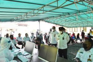 Bupati Puncak Jaya saat meninjau pelaksanaan Vaksin khusus ASN didampingi Sekda