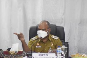 Bupati Puncak Jaya Dr. Yuni Wonda, S.SOs, S.IP, MM saat memberikan arahan